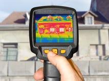 Detectando a perda de calor fora da construção foto de stock