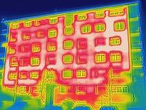 Detectando a perda de calor fora da construção imagem de stock