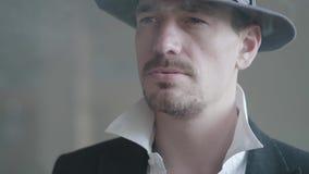 Detective van portret de zekere noir of maffiawerkgever en gangster die een sigaret of een sigaar roken Misdadig gezagsportret stock footage