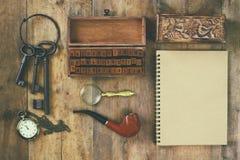 Detectiveconcept Privé-detectivehulpmiddelen: meer magnifier glas, oude sleutels, rokende pijp, notitieboekje Hoogste mening wijn Stock Afbeeldingen