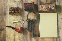 Detectiveconcept Privé-detectivehulpmiddelen: meer magnifier glas, oude sleutels, rokende pijp, notitieboekje Hoogste mening wijn Royalty-vrije Stock Afbeeldingen