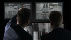 Detectives die camera op verslagen letten, die naar misdaadbewijsmateriaal zoeken, onderzoek stock videobeelden