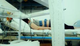 Detector da frequência cardíaca na barriga da mulher gravida na prática de Ctg Imagem de Stock