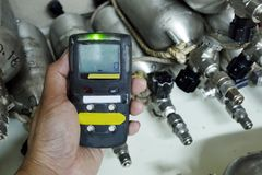 Detector de gas personal de H2S, escape del gas del control Concepto de la seguridad fotos de archivo libres de regalías