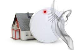 Detector de humo con una casa y las llamas stock de ilustración