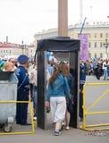 Detectores de metales en el cuadrado del palacio, St Petersburg Imagen de archivo libre de regalías