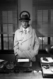 Detektiv- anseende för tappning i hans kontor Arkivfoto