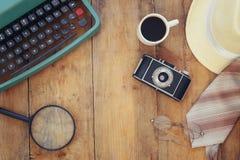 Detektiv- begrepp Hjälpmedel för privat kriminalare på trätabellen fotografering för bildbyråer