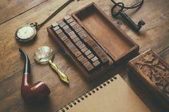 Detektiv- begrepp Hjälpmedel för privat kriminalare: förstoringsapparatexponeringsglas, gamla tangenter som röker röret, anteckni Arkivfoto