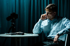 Detektiv, der am Telefon spricht Lizenzfreies Stockfoto