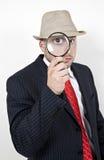 Detektiv mit Vergrößerungsglas lizenzfreie stockfotografie