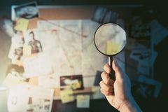Detektivbrett gefüllt mit Beweis lizenzfreie stockfotos