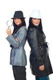 Detektivfrauen mit Hüten Stockfotos