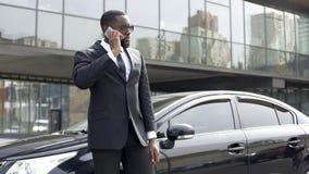 Detektyw tajnych służb odbiorcze instrukcje telefonem, pracownik ochrony zdjęcie stock