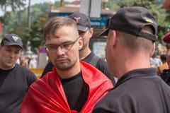 Detenção de um membro da polícia nacional de Sich do batalhão voluntário durante ortodoxo ucraniano dos paroquianos religiosos da Fotos de Stock Royalty Free