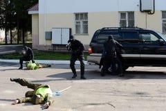 Detención de criminales armados Foto de archivo libre de regalías