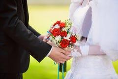 Detener a recienes casados de las manos Foto de archivo libre de regalías