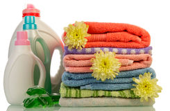 Detergens in flessen en handdoeken stock foto's