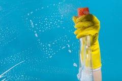 Detergens voor het schoonmaken in een vrouwelijke hand Royalty-vrije Stock Afbeeldingen