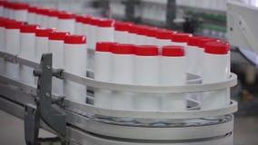 Detergente líquido en cadena de producción automatizada clip Cadena de producción de las sustancias químicas de la producción metrajes