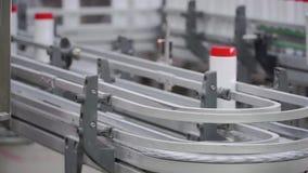 Detergente líquido en cadena de producción automatizada clip Cadena de producción de las sustancias químicas de la producción almacen de video