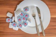 Detergente para pratos de limpeza Tabuletas da máquina de lavar louça e pratos limpos Fotos de Stock