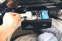 Detergente para ropa líquido de colada en la lavadora imagen de archivo libre de regalías