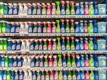 Detergentes de la limpieza en soporte del supermercado Foto de archivo libre de regalías