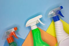 Detergentes e acess?rios de limpeza na cor azul Servi?o da limpeza, ideia da empresa de pequeno porte imagem de stock