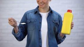 Detergentes químicos femeninos de la soda que eligen en lugar de otro, concepto orgánico de los limpiadores metrajes