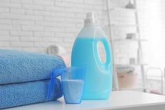Detergenty i czy?ci r?czniki na stole indoors, przestrze? dla teksta obraz stock