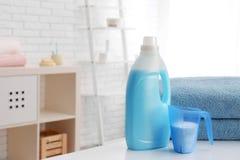 Detergenty i czyści ręczniki na stole, przestrzeń dla teksta robi? dojrza?ej pralni kobiety obraz stock