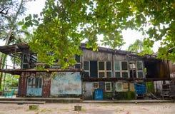 Deteriorated abandonó la casa vieja con la pintura vieja lamentable cubierta con el musgo y el hongo Fotos de archivo