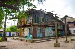 Deteriorated abandonó la casa vieja con la pintura vieja lamentable cubierta con el musgo y el hongo Fotografía de archivo libre de regalías