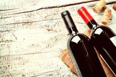 Determinación con las botellas de vino rojo y de corchos Concepto de la carta de vinos Imagenes de archivo