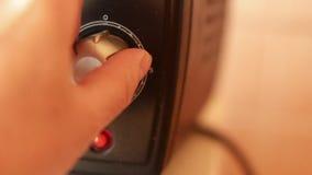 Determinación del tiempo de cocción para la calefacción de la parrilla en el mini horno para la cocina almacen de metraje de vídeo