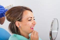 Determinación dental de la sombra foto de archivo