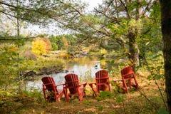 Determinación para que cuatro se relajen por el río en otoño fotos de archivo