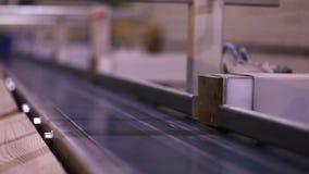 Determinaci?n autom?tica de la longitud de un haz de madera, transportador moderno, l?nea automatizada, fabricaci?n moderna de lo almacen de video
