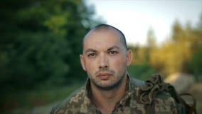 Determinado militar que anda através da estrada arenosa vídeos de arquivo