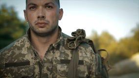 Determinado militar que anda através da estrada arenosa filme