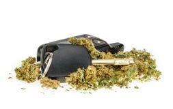 Determinando chiave di livello, della marijuana e dell'automobile isolata su bianco fotografia stock libera da diritti