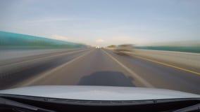 Determinando velocità sulla strada principale (velocità veloce) video d archivio
