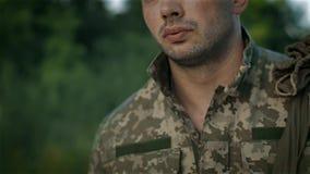 Determinata passeggiata del militare sulla strada sabbiosa stock footage