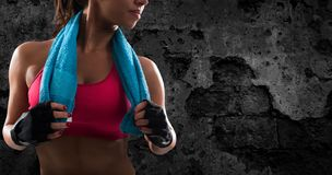 Determinated flicka på idrottshallen som är klar att starta konditionkurs royaltyfri bild