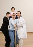 determined kvinnor för dragande rep Arkivfoto