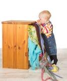 Determined litet barn som balanserar på tåspetsarna Royaltyfri Foto