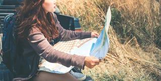 Determini il viaggio di automobile della raccolta Montagna femminile della natura di viaggio dei viaggiatori Immagine Stock