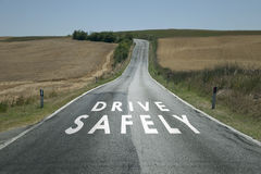 Determini sicuro il messaggio sulla strada asfaltata Immagini Stock Libere da Diritti