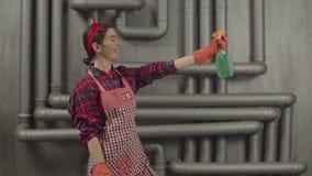 Detersivo di spruzzatura della donna di pulizia dalla bottiglia video d archivio